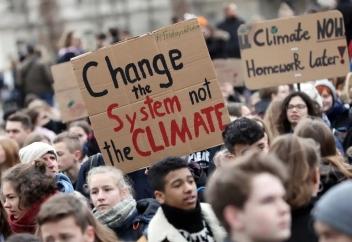 """""""Ubah sistem, bukan iklim!"""" - Berlin, Jerman"""