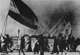 201905-450px-Beijing_students_protesting_the_Treaty_of_Versailles_(May_4,_1919)