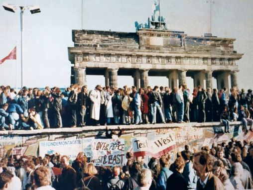 20191108 West_and_East_Germans_at_the_Brandenburg_Gate_in_1989.jpg