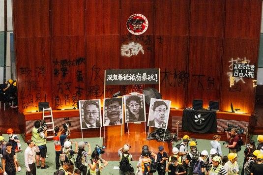 20191121 - 1024px-示威者於立法會會議廳展示標語,_Jul_2019.jpg